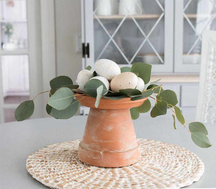 diy paques activité manuelle printemps deco table en pot de fleur renversé et blanchi et des oeufs de paques couleurs pales