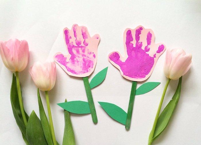 empreintes de main en peinture sur du papier batonnets de glace colorés tulipes comment faire un cadeau pour sa mamain facile bricolage printemps