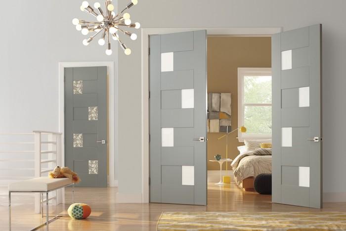 encadrement porte couleur différente avec des décoration en verre et couleur gris