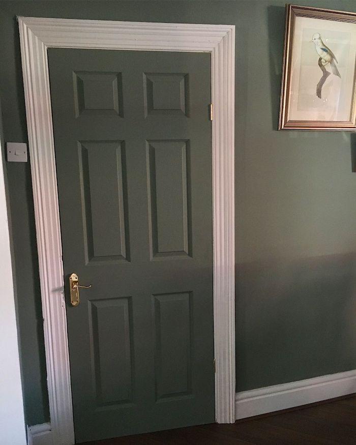 encadremente porte couleur différente cadre blanc et une porte et mur en réséda
