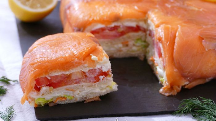 entrée sumon fumé tarte salé avec des tomates de l aneth et mayonnaise sur un plateau noir