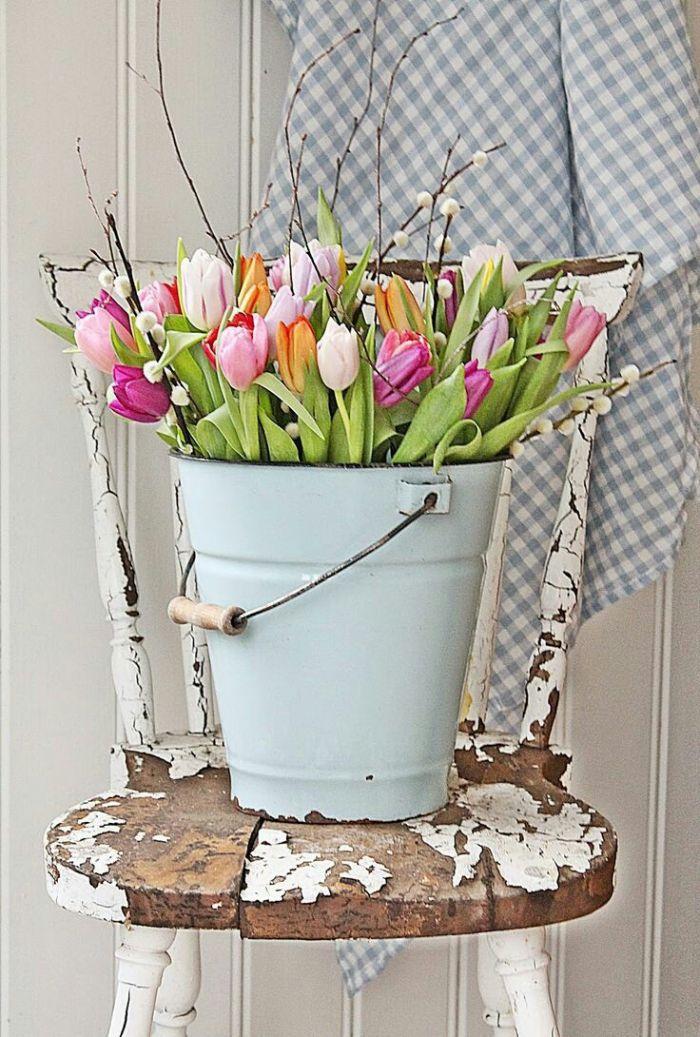 exemple de deco rustique printaniere sceau rempli de tulipes colorés sur une chaise activité manuelle facile et rapide adulte