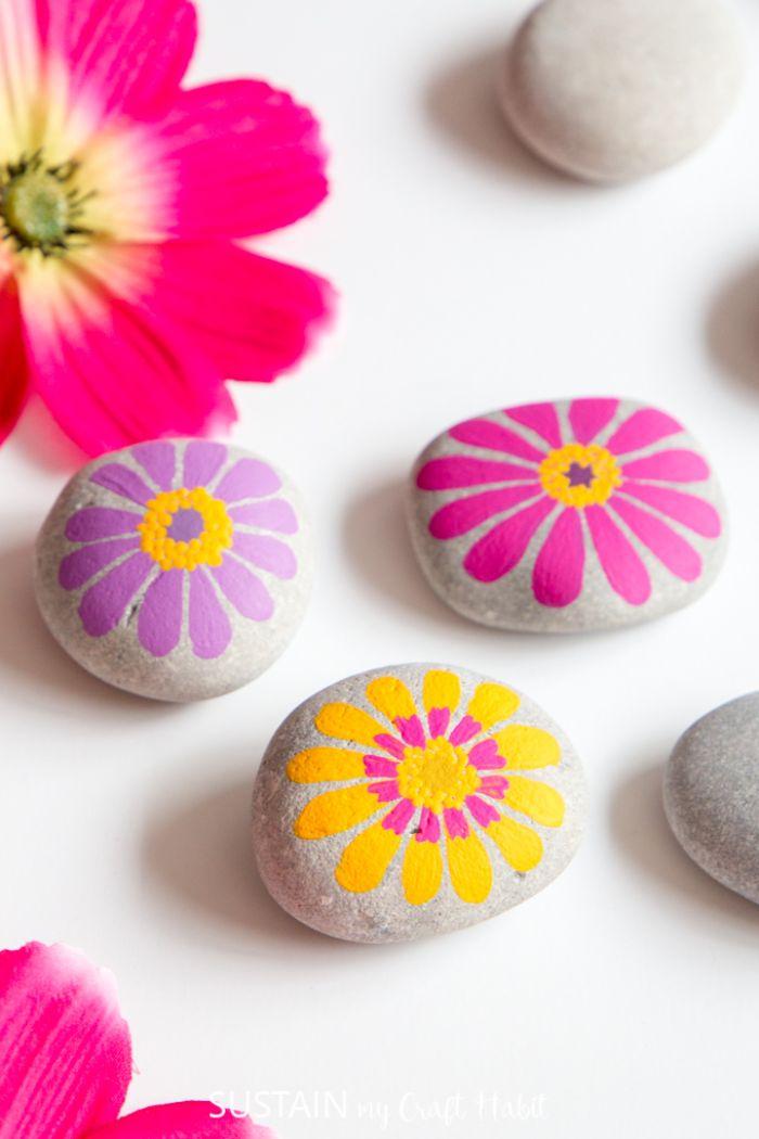 exemple de galets peints idée déco dessin de fleur sur galet aux couleurs enjouées activité printemps créative