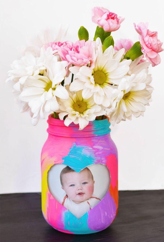 exemple photo bébé comment faire un cadeau fête des grand mere a faire soi meme vase peint de peinture colorée bouquet de fleurs