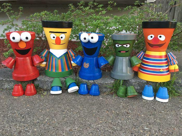 fabriquer des personanges avec des pots de fleurs les héroes de la rue de sesame décoratifs dans un jardin