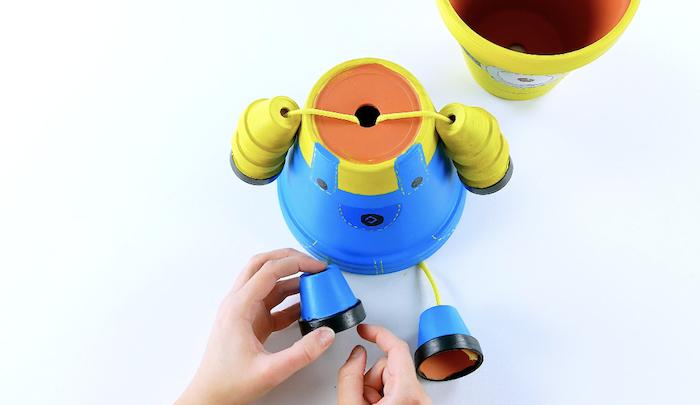 fabriquer des personnages avec des pots de fleurs un exemple pour faire un minion avec un costume bleu