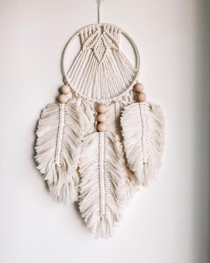 fabriquer un attrape rêve facile décoration avec perles bois trouées cordon macramé plume coton
