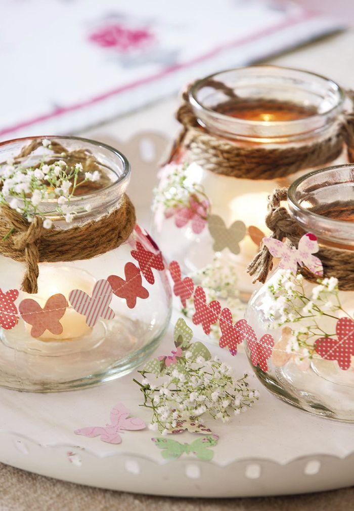 fabriquer un bougeoir dans un pot en verre décoré de ficelle et de guirlande de papillns de papier maison printemps centre de table