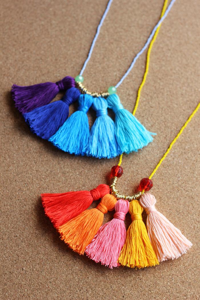 fabriquer un collier de pompons à franges colorés bricolage fete des grand mere original avec de la laine