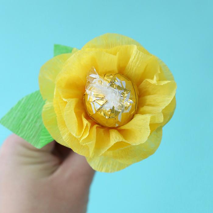 faire enrouler du papier crépon autour d un bonbon pour faire une fleur papier crepon coriginal cadea fete des mamies