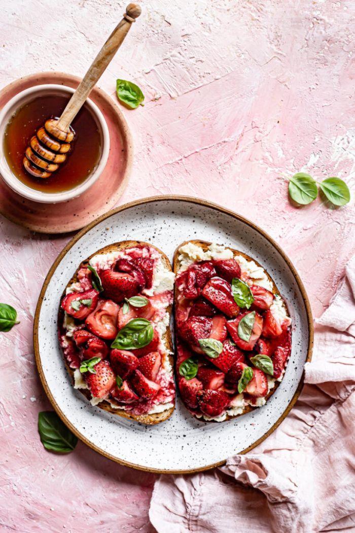 faire un toast au fromage de ricotta fraises basilic et miel ou sirop d erable quoi faire avec des fraises