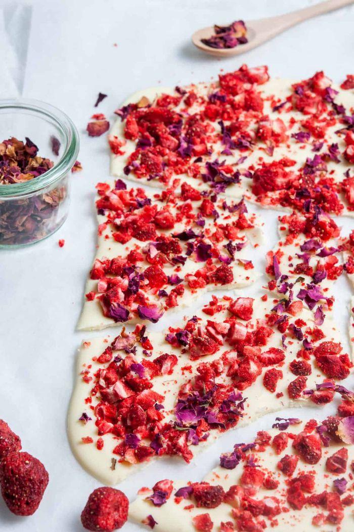 faire une barre de chocolat blanc à la fraise et pétales de rose comestibles dessert frais a faire facilement