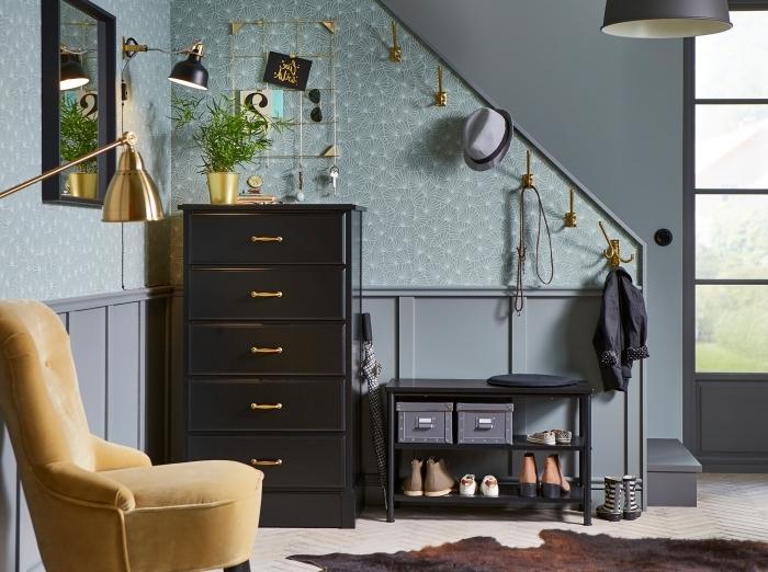 fauteuil jaune moutarde idée peinture couloir cadre miroir noir papier peint bleu accents or
