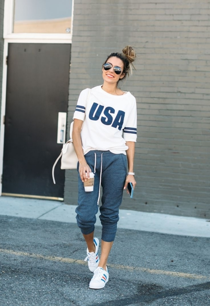 fille swag tenue casual chic blouse blanche lettres bleues pantalon baskets blanches femme