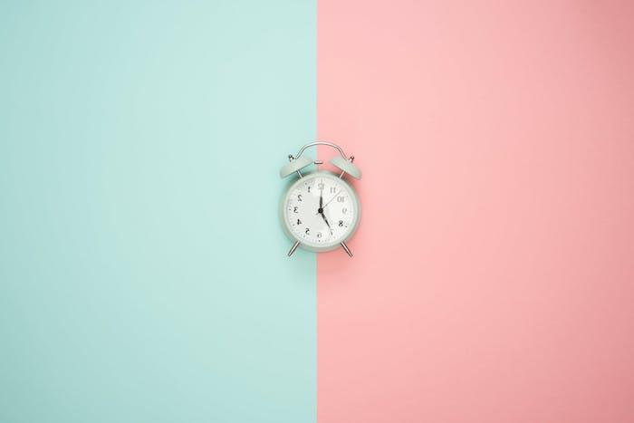 fond bleu pastel et rose et réveil couleur bleu pastel exemple photo fond pc