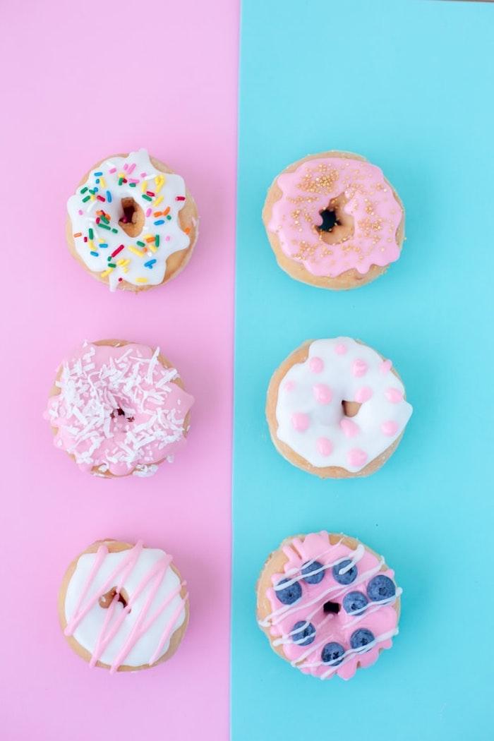 fond d écran aesthetic en rose et bleu pastel avec des beignets donuts colorés appétissants