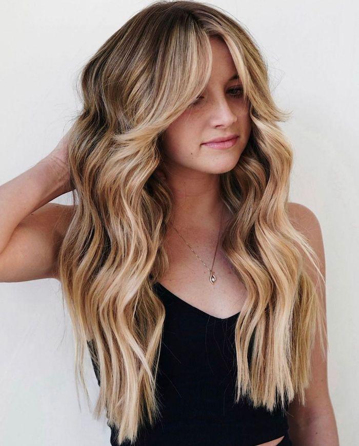 frange cheveux long ombrés et ondulés en style rideau sur une jeune femme