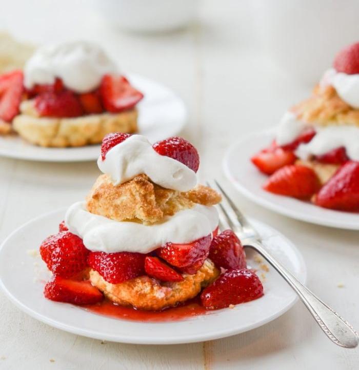 gâteau à la fraise avec des biscuits de beurre crème fraiche épaisse et mélange de fraises dessert individuel facile
