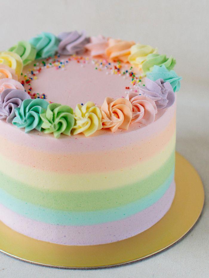 gâteau couleur pastel arc en ciel avec de la crème patissiere et des billes colorées dessert original