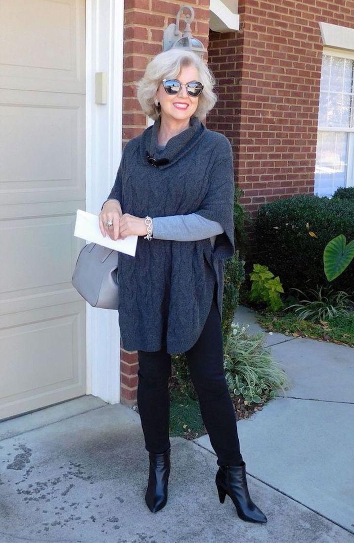 garrde robe idéale femme 60 ans avec pull poncho gris et pantalon noir sac à main gris