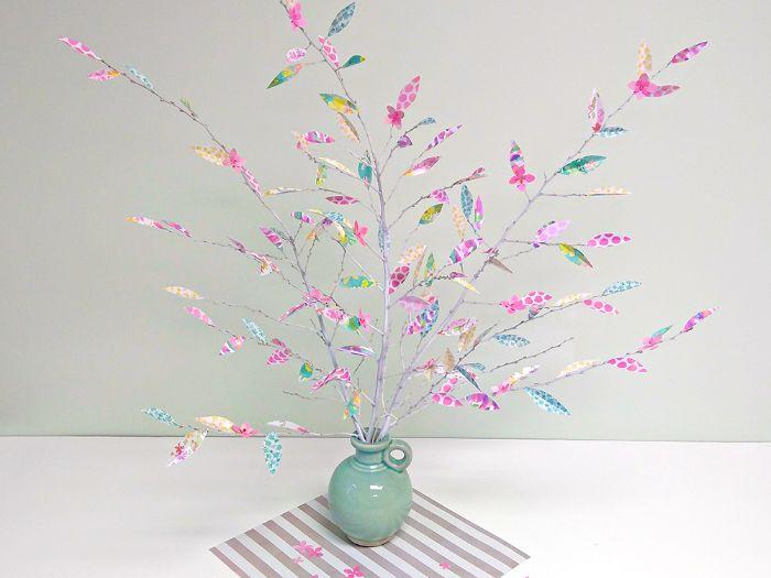 idée déco branche d arbre blanchies de peinture avec des fleurs et feuilles en papier scrapbooking à motifs colorés