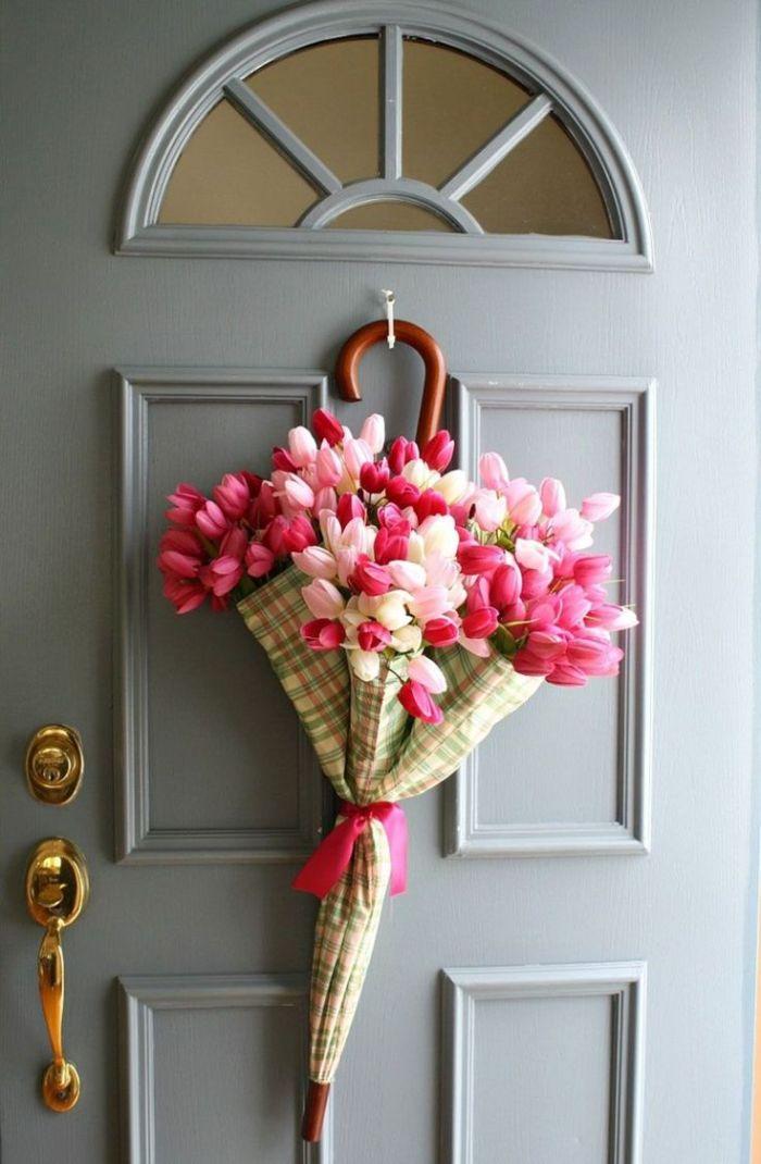 idée déco porte d entrée avec parapluie rempli de tulipes roses et blanches exemple deco paques originale