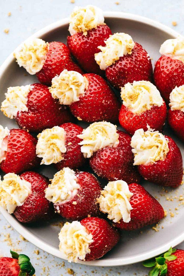 idée de fraises farcies mascarpone et des miettes de biscuit dans assiette exemple recette fraise mascarpone