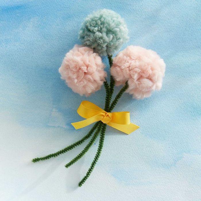 idée cadeau fête des mamie fleurs pompon diy avec des tiges cure pipe noués d un ruban jaune