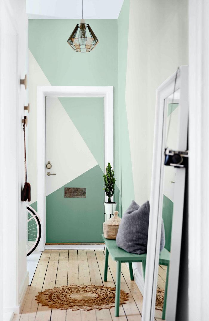 idée déco couloir une porte intérieure peinte en nuances vertes et formes géometriques dans un cadre blanc