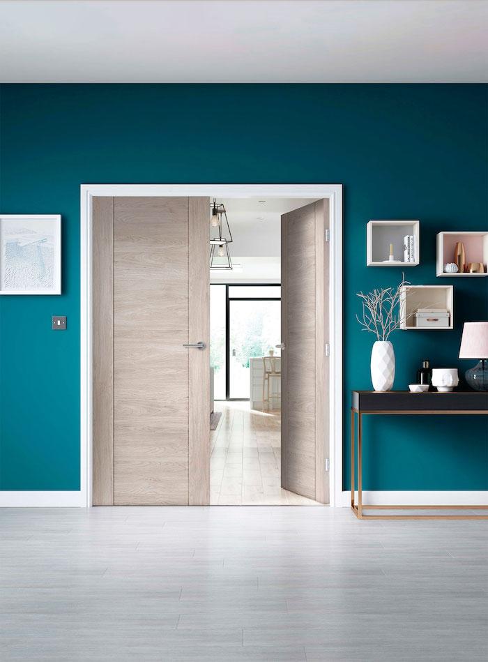 idée déco peinture porte et encadrement une porte en bois claire et naturelle cadre blanc et des murs en turquois