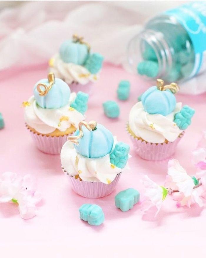 idée de citrouille bleu et pate à sucre sur cupcake en caissette rose image couleur pastel