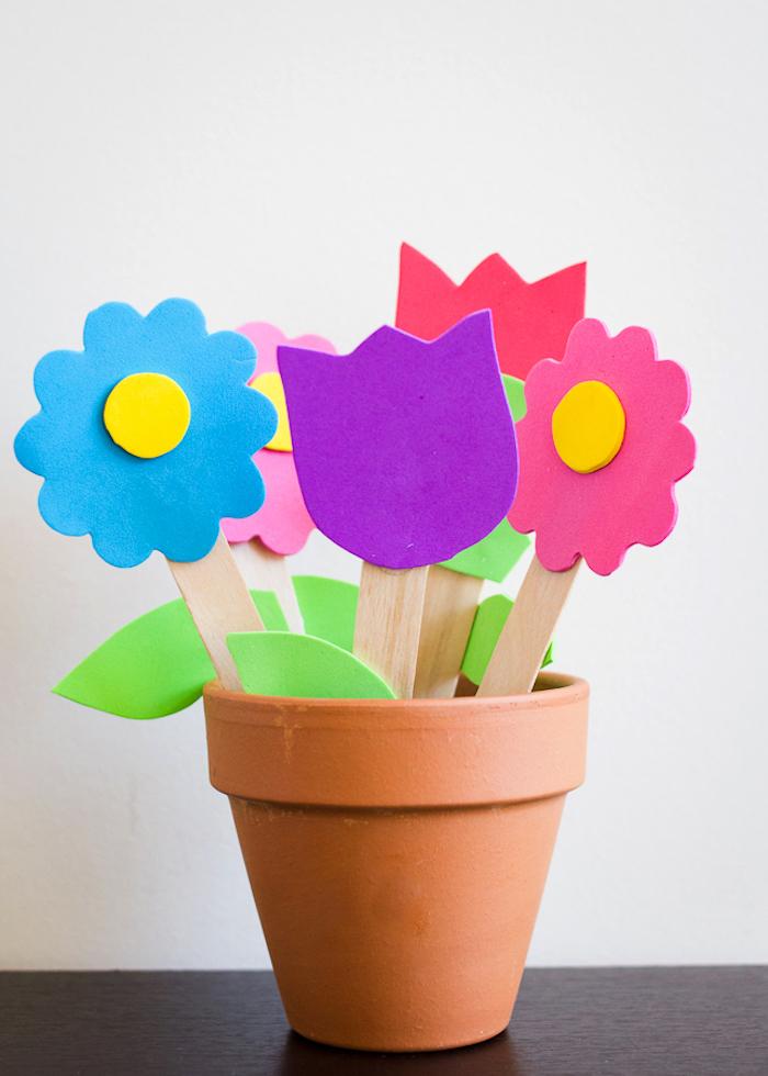 idée de fleurs de mousse florale sur battonet dans pot de fleur exemple cadeau mamies a faire soi meme