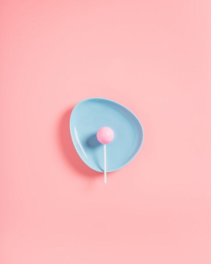 idée fond d écran pastel fond et sucette rose dans petite assiette bleue