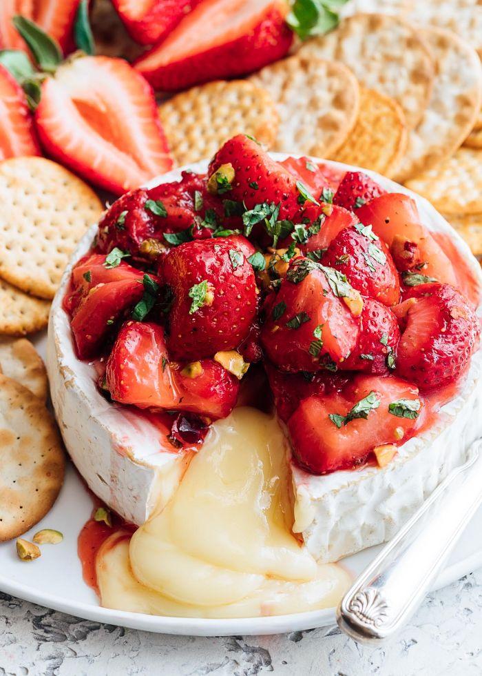 idee aperitif facile brie fromage aux fraises et basilic servi avec biscuit salé craquelins apero 10 personnes