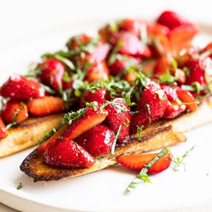 idee apero dinatoire original brischetta aux fraises et basilic sur pain grillé comment faire taapas maison