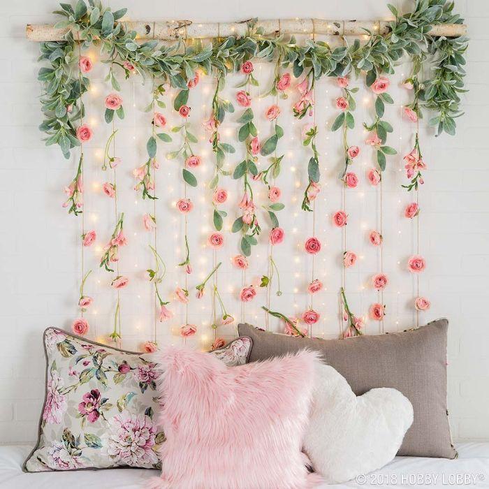 idee deco chambre diy avec une branche de bois et des guirlandes de fleurs suspendues avec des guirlandes lumineuses tete de lit originale