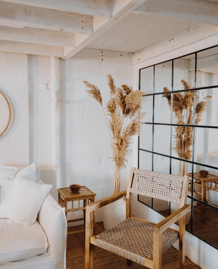 idee deco originale mur de miroirs dans un salon boheme contemporain, comment agrandir une pièce