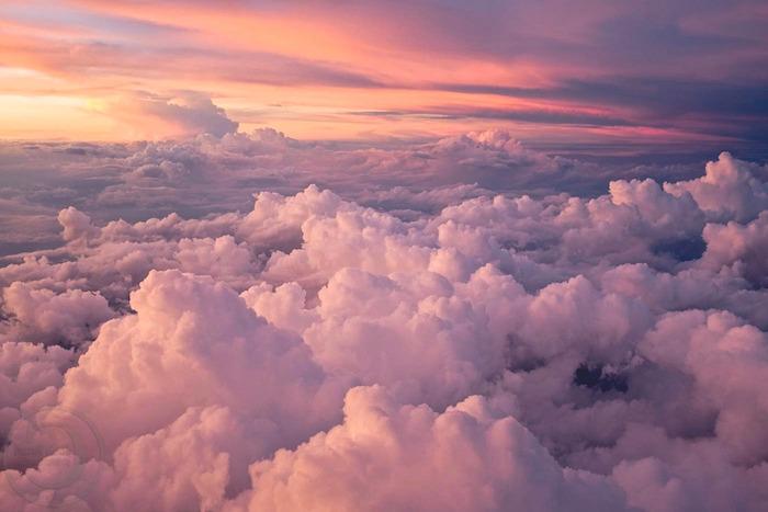 image coel et nuages vue d en=haut fond d écran rose pastel de reve