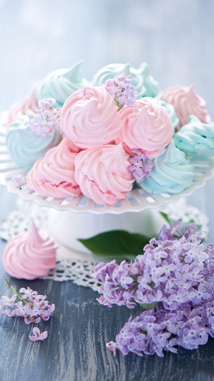 image de meringues rose et bleu pastel dans assiette fond d ecran pastel original avec petites fleurs violets
