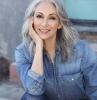 isabella cappucci tenue denim avec chemisier denim et jean look moderne pour femme de 60 ans