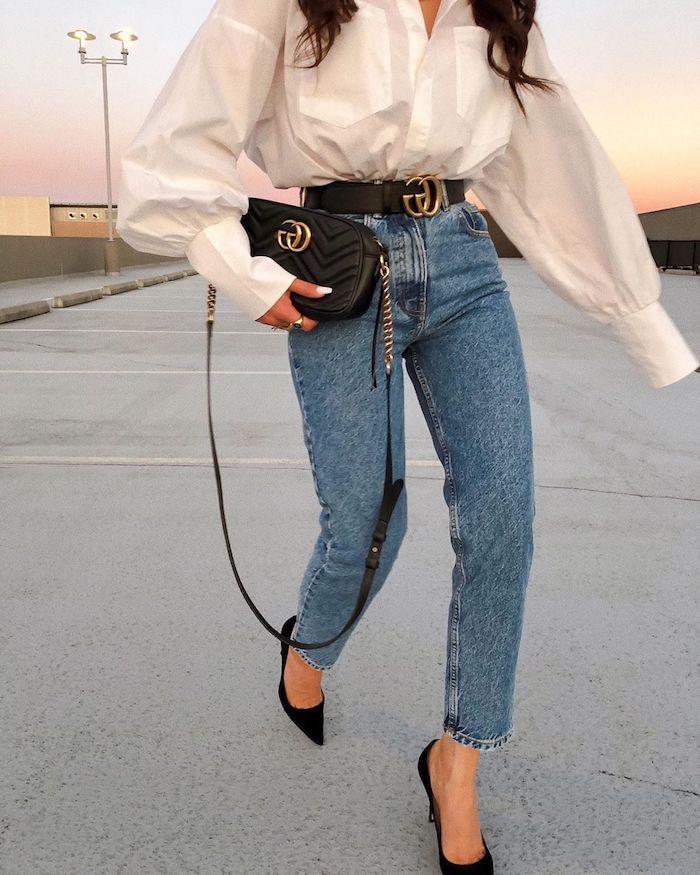 jean mom taille haute associé avec un chemisier blanc surdimenssionné des chaussures pointus et une ceinture et sac a main chic