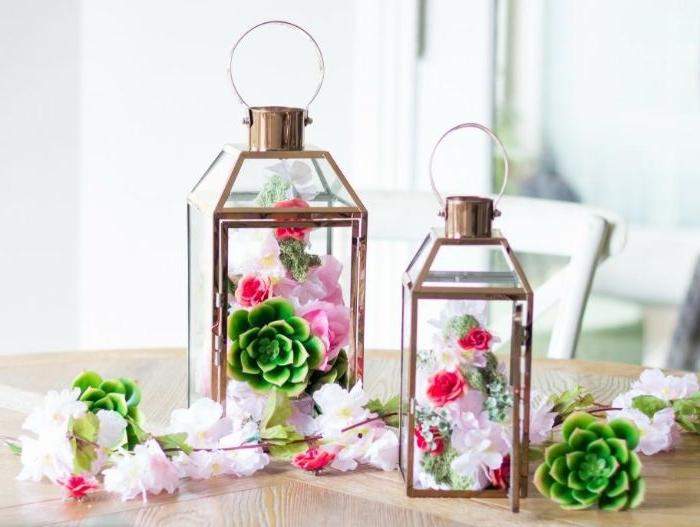 lanternes de cuivre décoratives avec des cônes parés de succulentes fleurs et mousse florale activité manuelle printemps