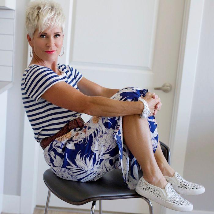 look femme 60 ans été tee shirt marinière jupe bleue imprimé fleurie ceinture marron escarpins noir et blanc