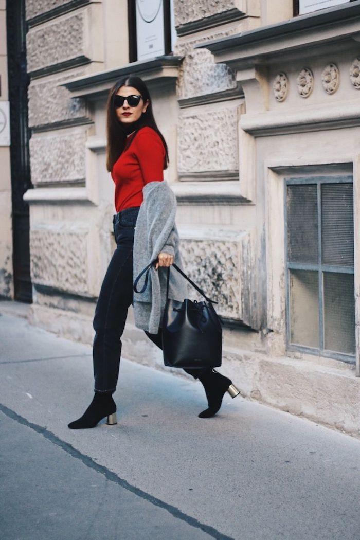 look jean mom hiver avec en noir avec des bottes a talon un pull rouge tricoté et manteau gris
