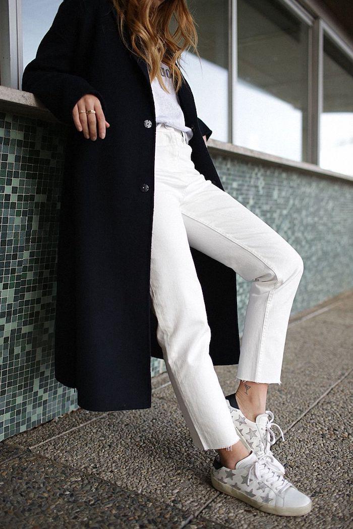 look jean mom hiver en couleur blanc combiné avec un manteau longue en laine et des baskets aux motifs etoiles