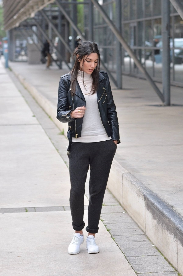 look jogging femme chic blouse pull blanc veste en cuir noir baskets blaches pantalon noir sport