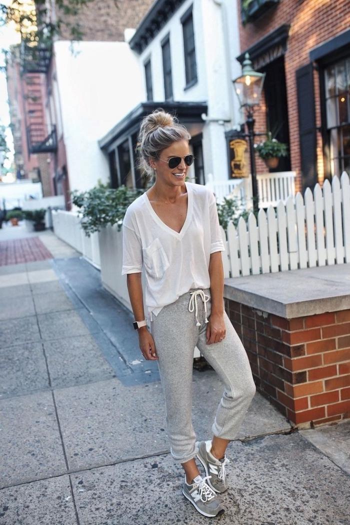 lunettes de soleil rondes chignon haut coiffure négligée look jogging chic pour femme t shirt blanc