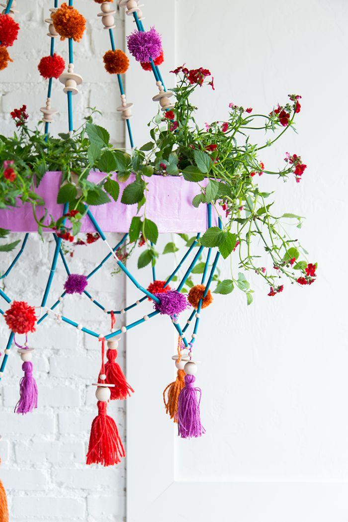 lustre floral décoré de pompons colorés pailles perles de bois exemple deco printemps originale a faire soi meme