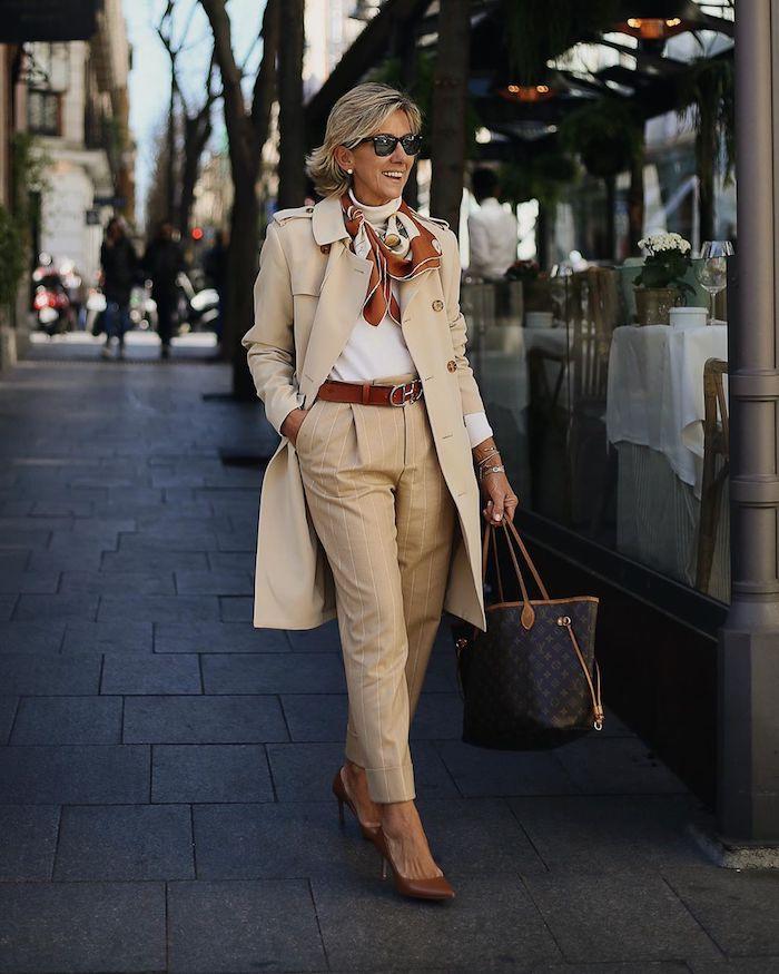 manteau style imperméable couleur camel pantalon chic femme camel chaussures et fichu marron