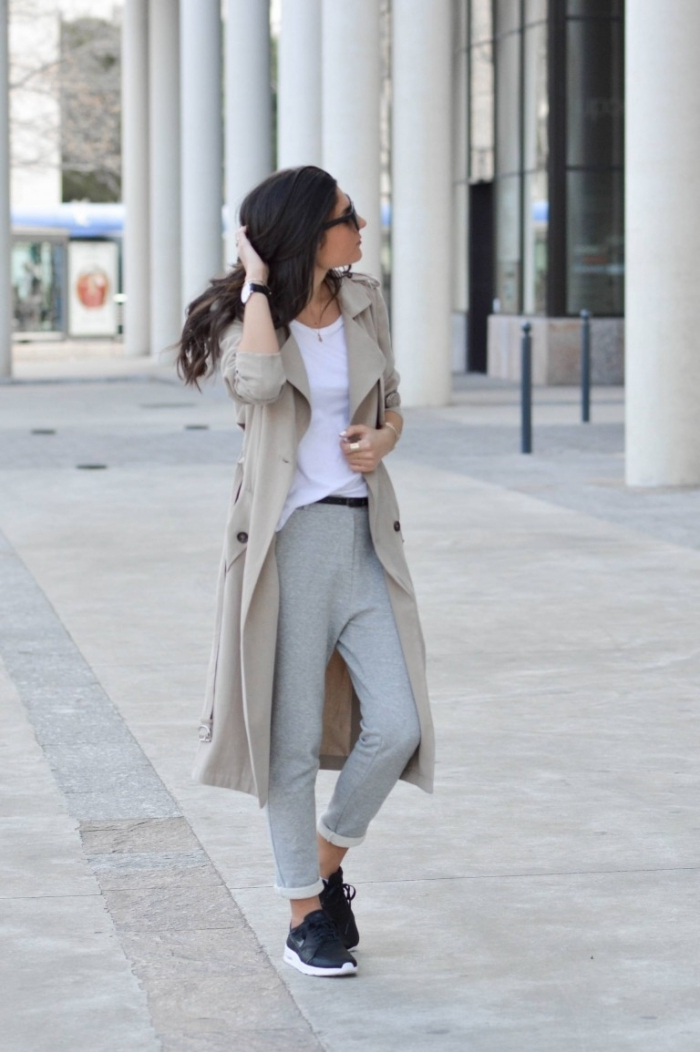 marque vêtements de sport jogging nike femme pantalon gris baskets noires t shirt blanc